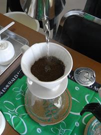 そこの凹みの部分だけにお湯を注いで泡がでて丸くふくれてきたら一旦止めて、ポツポツ泡が消えるまで蒸らすために20〜30秒待つ。