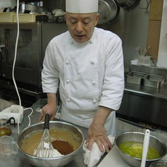 ④小麦粉とココアパウダーを入れて混ぜる。 ここで余り混ぜ過ぎないように注意。