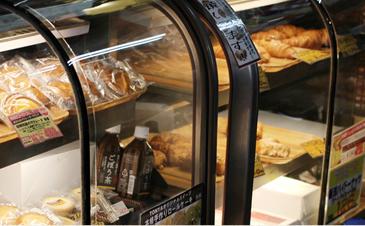 ▲100円で飲める淹れたてコーヒーに合わせて、軽い食事にもなるパンやスイーツが充実。店内でイートインが出来る。