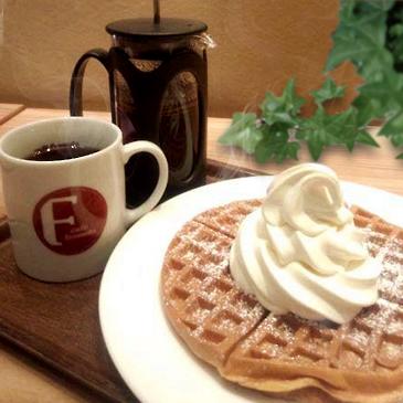 ▲ カフェ・ファゼンダの人気メニューあったかワッフルプレミアムバニラをのせて。フレンチプレスで抽出した、コクのあるエメラルドマウンテンとどうぞ。