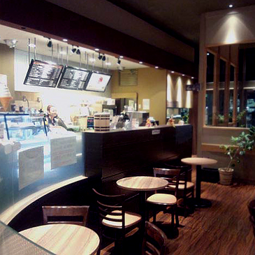 ▲いつでも淹れたてのコーヒーが提供できるよう、徹底管理されたハウスブレンドコーヒーは280円。通いやすい価格帯ながら、高級感があり素敵な雰囲気の店内。