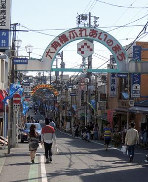 ▲地元育ちの藤井さんも散策が楽しいという六角橋商店街。お店はこのエリアと駅を挟んで逆方向の住宅街にある。