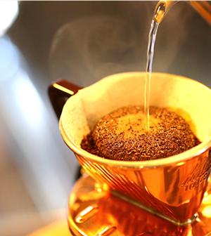 ▲注文が入ってから一杯づつハンドドリップ。どのお客様がどのコーヒー、と心を込めて丁寧に立てる。