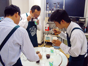 ▲全社を挙げてコーヒー知識のボトムアップに取り組んでいる。本社の営業社員は全員がコーヒーインストラクターの資格を持っておられるそう。