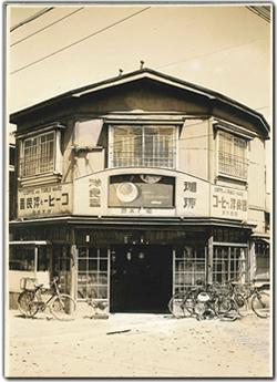 ▲東京で初めてコーヒーに出会った初代社長鈴木武二氏が、函館でコーヒーと洋食器の店「鈴木商店」を開いたのが始まり。創業82周年を迎える。