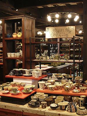 ▲全国有数の窯元の焼き物が1万点ある「陶芸館」には、全国から焼き物ファンが集まる。