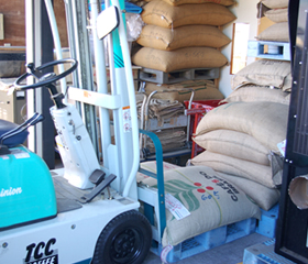 ▲コーヒーの生豆が袋で積み上げられる様子は、まさに昔のお米屋さんのよう。