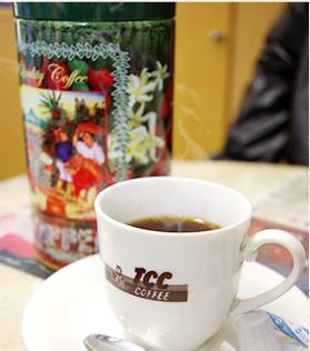 ▲生産国の文化や伝統を大切に表現したオリジナル商品も豊富。(写真奥:キャニスター缶)