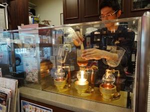 珈琲問屋横浜本店 喫茶スペースではサイフォンコーヒーが楽しめる