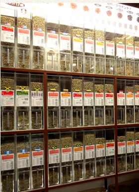 珈琲問屋では常に定番100種類の生豆を在庫する