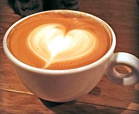 ▲エスプレッソのコーヒーにミルクで絵を描くラテアート