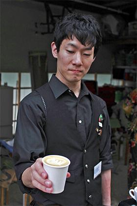 ▲胸のバッヂがJ.C.Q.A.コーヒーインストラクター2級の証。実はこの検定、三喜屋珈琲の社長が立ち上げに関わったという。